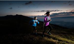 Elige un frontal de calidad y   disfruta de de una trail nocturna, dos corredores por un sendero de montaña, de fondo ultimas luces del atardecer