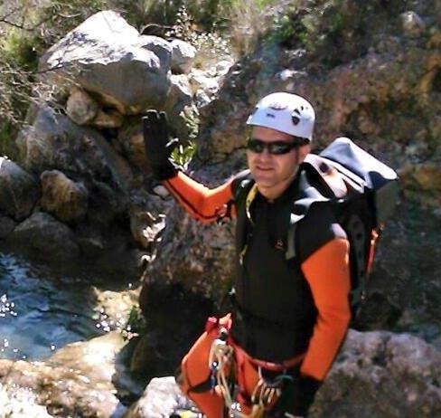 Jose Antonio descendiendo un barranco