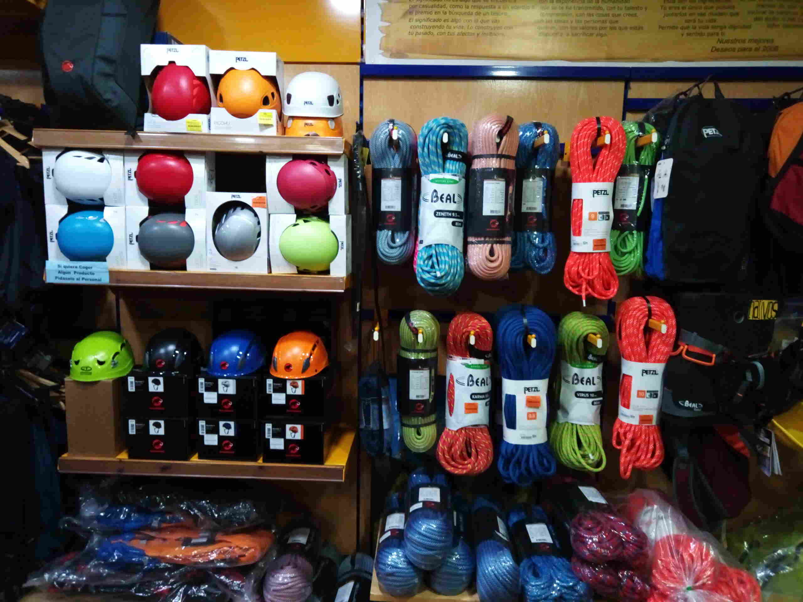 Cuerdas y cascos de escalada
